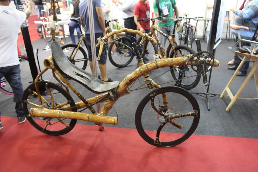 Bicicleta de bambu no Stand Hand Made
