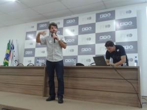 Clément apresentando.