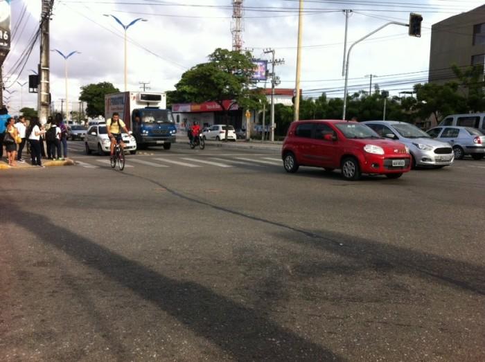 Uma das mais largas avenidas de Fortaleza, a Domingos Olímpio recebe intenso fluxo de ciclistas diariamente, mas ainda não possui nenhuma malha cicloviária em sua extensão (crédito foto: Ciclovida)
